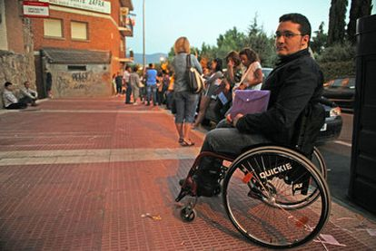 Diego también hizo cola en  su silla de ruedas desde la madrugada.