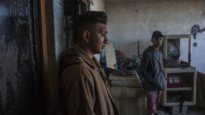 Bayron y Josué, en su nueva vivienda en el municipio de General Escobedo (Nuevo León, México).