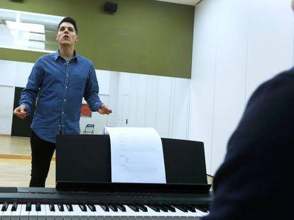 Un participante realiza una audición para entrar en el coro.
