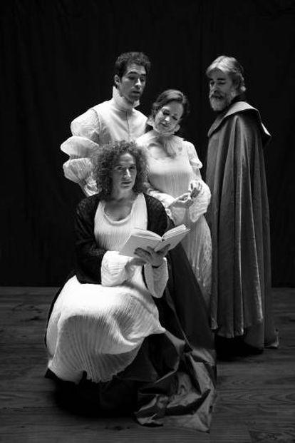 Reparto de 'Desengaños Amorosos', de María de Zayas. Sentada, Silvia de Pé; desde la izquierda, Manuel Moya, Lidia Navarro y Ernesto Arias.