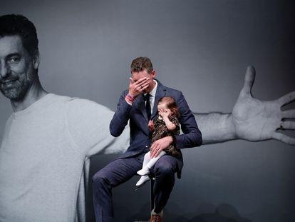 Pau Gasol, con su hija en brazos, se emociona tras anunciar su retirada del baloncesto profesional, esta tarde.