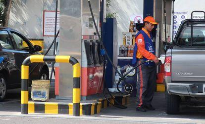 Un trabajador en una estación de gasolina en Quito (Ecuador), este martes.