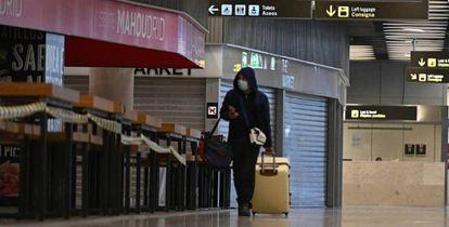 Un pasajero camina por el aeropuerto de Barajas, el año pasado, entre tiendas y bares cerrados.