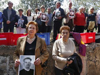 Familiares de los republicanos fusilados en Paterna en 1940.