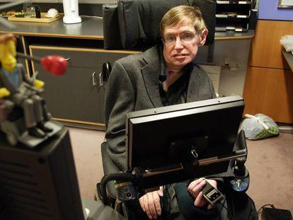 El físico Stephen Hawking, en su despacho del Centro de Matemática Aplicada de la Universidad de Cambridge, en 2005.