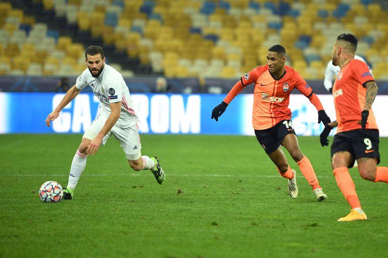 Nacho controla el balón durante el partido en Kiev contra el Shakhtar este martes.
