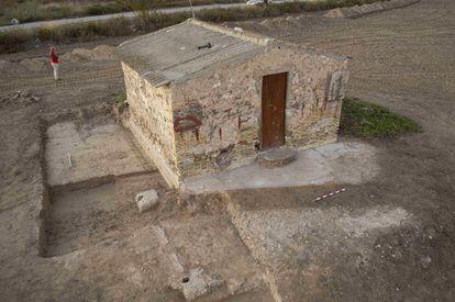 Excavación de un barracón junto a una caseta del horno en una imagen del proyecto arqueológico Campo de Concentración de Albatera.