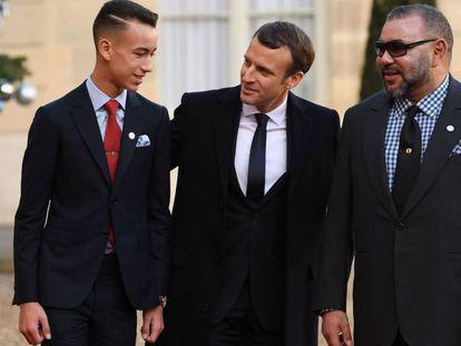 Emmanuel Macron saluda al príncipe Moulay Hassan y al rey de Marruecos Mohammed VI.