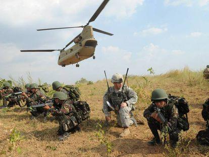 Una decena de militares filipinos y tres estadounidenses, en un ejercicio en 2015.