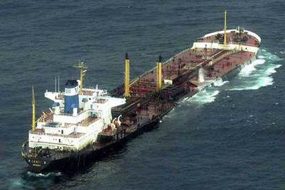 El petrolero <i>Prestige,</i> el 14 de noviembre de 2002, un día después de emitir la señal de alarma, cuando era remolcado hacia alta mar.