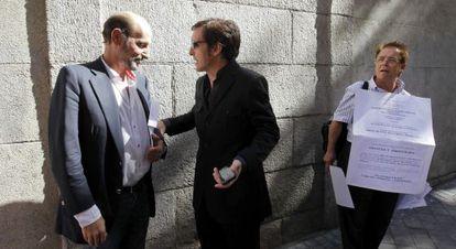 José Miguel Fernández Sastrón y el cantante Ramoncín, en 2011, a la entrada de la sede de la Sociedad General de Autores y Editores ( SGAE).