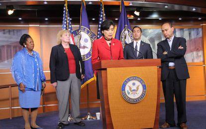 Congresistas denuncian situación en centros de detención de inmigrantes