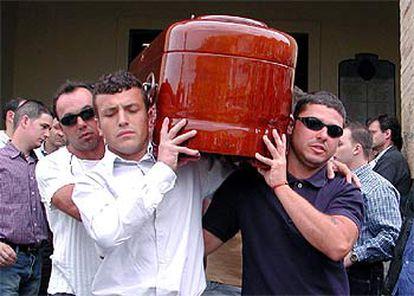 El féretro de Patricia Maurel es portado ayer por familiares y amigos en Híjar; a la derecha, su hermano Cristian.   / EFE