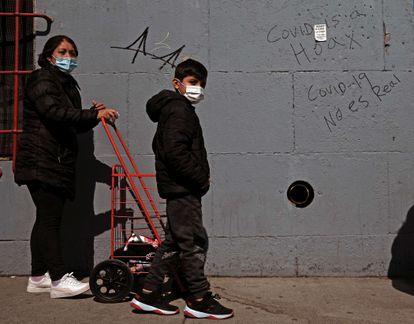 Una mujer y su hijo aguardan para hacerse la prueba de la covid, este miércoles en Nueva York.