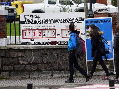 Unas jóvenes caminan, el pasado diciembre, delante del contador de días en prisión de los condenados por el 'caso Alsasua'.