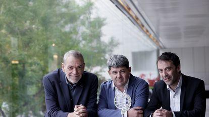 """BARCELONA, 16/10/2021.- El trío de escritores y guionistas Jorge Díaz (i), Antonio Mercero (c) y Agustín Martínez (d), que hasta anoche, cuando ganaron el Premio Planeta, se ocultaban tras el seudónimo de Carmen Mola, posan para la entrevista con la agencia Efe en la que consideran que """"la creación colectiva no está tan valorada en la literatura"""" como en otras artes. EFE/Quique Garcia"""