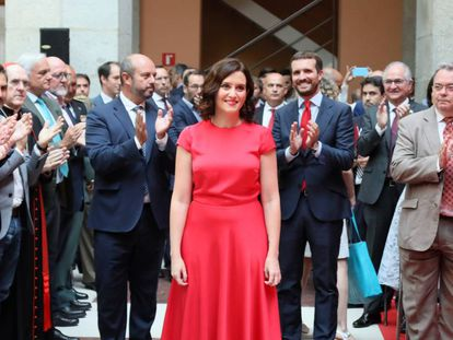 La popular Isabel Díaz Ayuso antes de tomar posesión como presidenta de la Comunidad de Madrid en un acto celebrado este lunes en la Real Casa de Correos, sede del Gobierno regional.