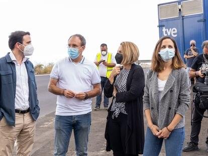 Los ministros Garzón y Belarra, en los extremos, con la consejera de Derechos Sociales de Canarias, Noemí Santana, el viernes en La Palma.