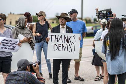 Un grupo de personas espera en el aeropuerto de Austin (Texas) la salida del avión con los legisladores que han abandonado el Estado.