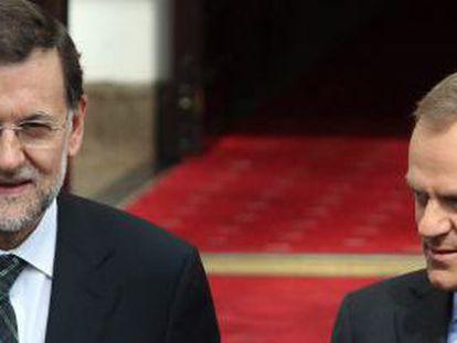 El primer ministro polaco, Donald Tusk, da la bienvenida al presidente del Gobierno español, Mariano Rajoy, en Varsovia (Polonia).