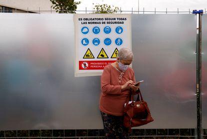 Una mujer consulta su teléfono en el hospital Virgen de la Macarena, en Sevilla.