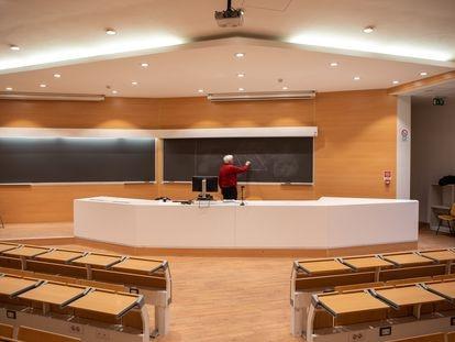 Un profesor del Politécnico de Milán graba su clase.