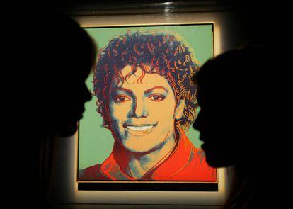 Dos visitantes frente al retrato de Michael Jackson hecho por Andy Warhol, expuesto en 2009 en en estadio O2 de Londres, donde Michael iba a dar una serie de conciertos antes de morir.