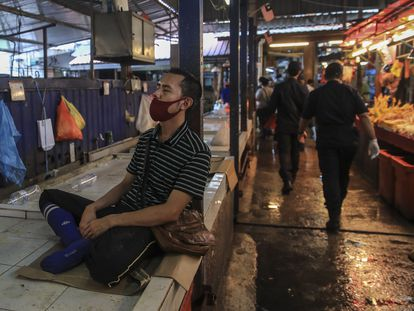Un vendedor de un 'mercado húmedo' de Kuala Lumpur (Malasia), el pasado día 10. Las zoonosis de este virus se relacionan con los mercados húmedos como este.