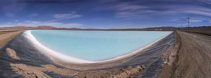 Uno de los piletones en los que se trata la salmuera para producir carbonato de litio en el salar de Olaroz, en la provincia de Jujuy, al norte de Argentina.