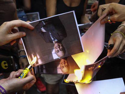 Varios manifestantes independentistas queman fotos del juez Pablo Llarena.