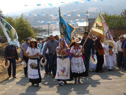 Habitantes de la comunidad de San Isidro en Nahuatzen, Michoacán, desfilan en su tradicional fiesta en honor a su santo patrono en una foto de archivo.