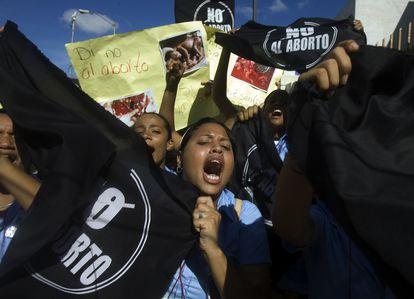 """Manifestantes católicos contra el aborto sostienen carteles que dicen en español """"Di no al aborto, sí a la vida"""" frente al Congreso en Santo Domingo, en octubre de 2007."""