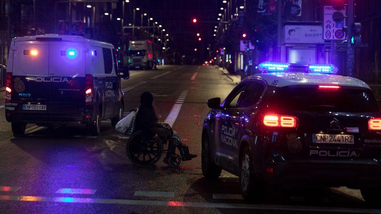 Vehículos de la Policía Nacional en el centro de Madrid, tras el toque de queda.