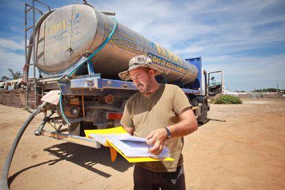 Juan Antonio Brenes, 'El Pipa' muestra las denuncias anteriores que acumula por repartir agua con su cuba en El Palmar,  Cádiz
