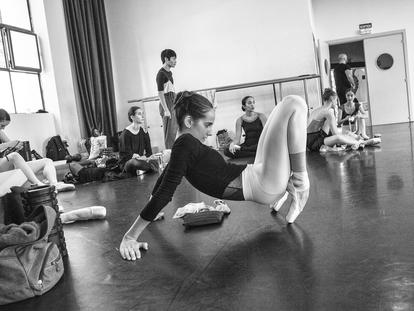 La bailarina Estela Coll en el estudio del Ballet de Barcelona.