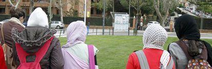 Cuatro de las menores que ayer se pusieron el <i>hiyab</i> en solidaridad con Najwa, a su llegada al instituto Camilo José Cela, en Pozuelo de Alarcón.