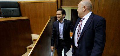 Borja Sémper (izquierda) e Iñigo Iturrate este jueves en el Parlamento vasco.