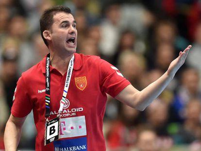 El entrenador de Macedonia, el español Raúl González, en el partido contra Bahréin en el Mundial.