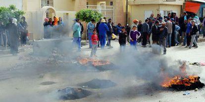 Manifestantes tunecinos queman neumáticos este martes en Kasserine.