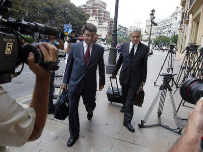 Los abogados de Camps, el martes a su llegada al Tribunal Superior de Justicia valenciano.