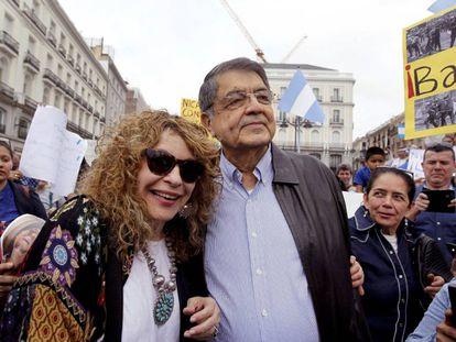 El escritor nicaragüense Sergio Ramírez, junto a la escritora Gioconda Belli, en la concentración en la Puerta del Sol.