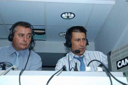Michael Robinson (izquierda) y Carlos Martínez, en la cabina  durante la retransmisión de un partido.