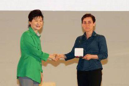 Maryam Mirzakhani (derecha) recibiendo la medalla Fields