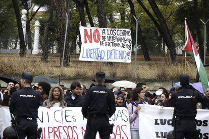 Concentración de manifestantes ante el Centro de Internamiento de Extranjeros (CIE) de Aluche.