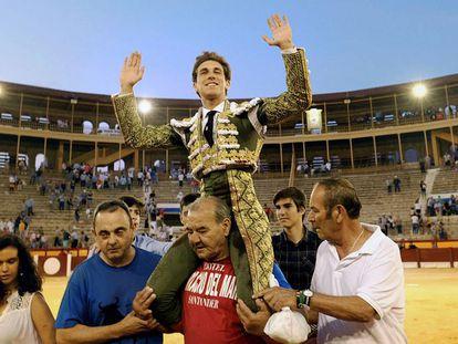 Ginés Marín, a hombros en Alicante.