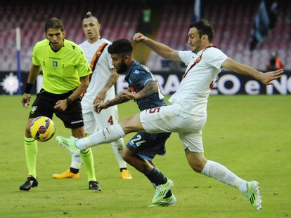 Lorenzo Insigne y Vasilis Torosidis luchan por el balón.