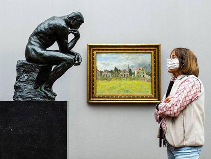 Una visitante frente a 'El pensador', de Rodin, en la Alte Nationalgalerie de Berlín, que volvió a abrir sus puertas el 12 de mayo.