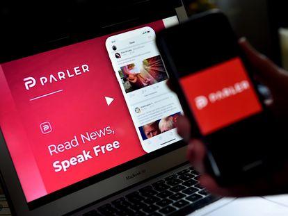 Un usuario utiliza Parler a través de su ordenador y de su móvil.
