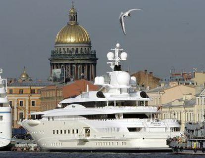 El <i>Pelorus,</i> uno de los superyates del magnate ruso Abramovich, en el que se basó el diseño de la embarcación encargada por Teodorín Obiang.