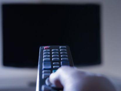 Un usuario sintoniza los canales de la TDT.